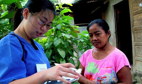 Xiaofen Shen, MS4, provides care to a woman in Belize