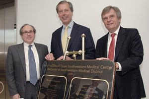 Drs. Daniel K. Podolsky (left) and Dennis Stone flank Lt. Gov. David Dewhurst while unveiling a plaque commemorating the BioCenter at Southwestern Medical District opening.
