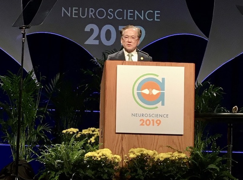 Dr. Takahashi accepting the Gruber Neuroscience Prize